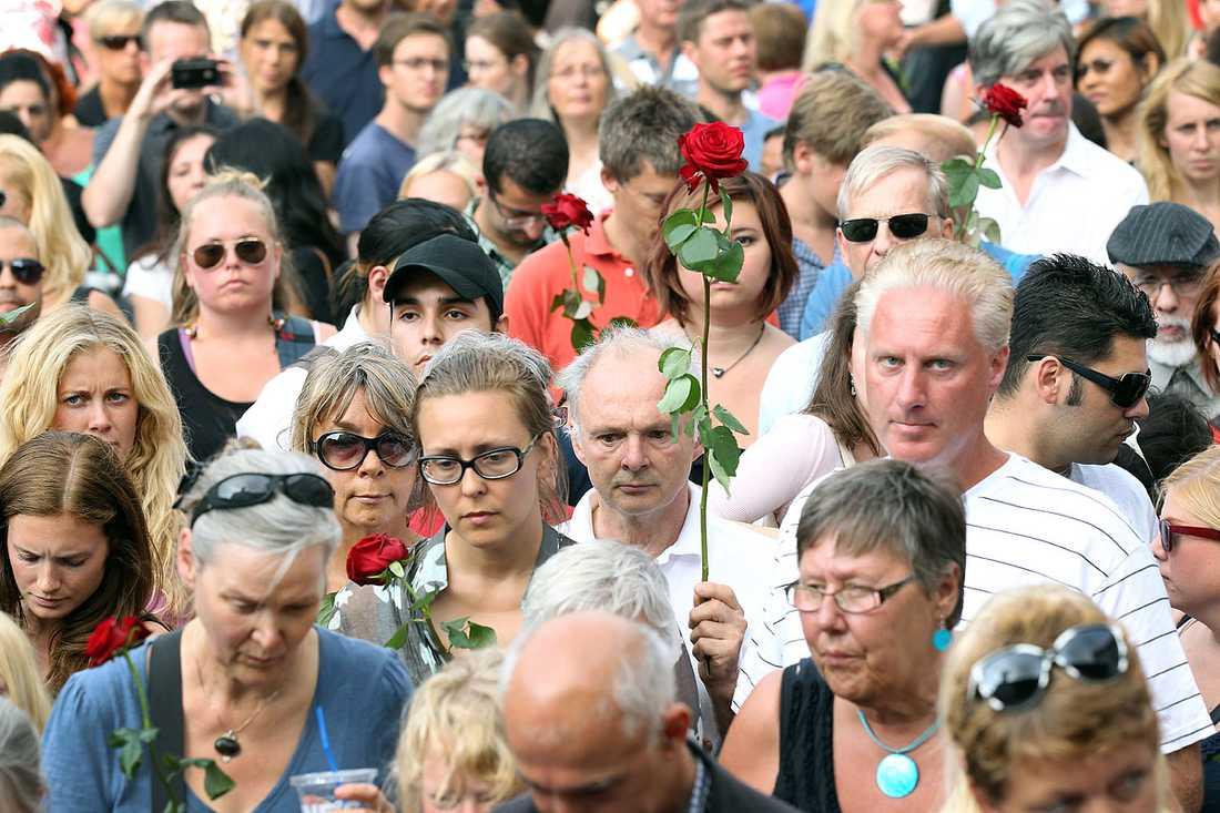 Många hade sökt sig till Sergels torg – och många hade med sig blommor.