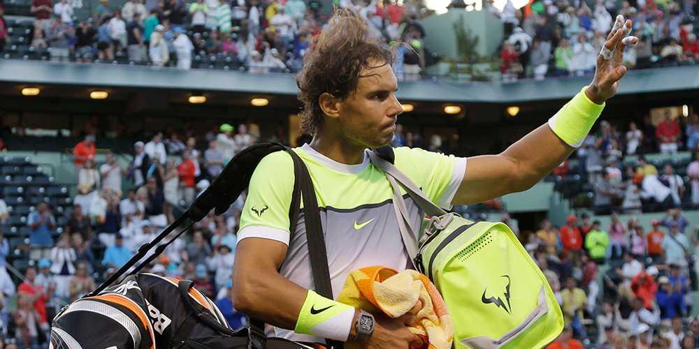 En sammanbiten Nadal tackar publiken efter förlusten.