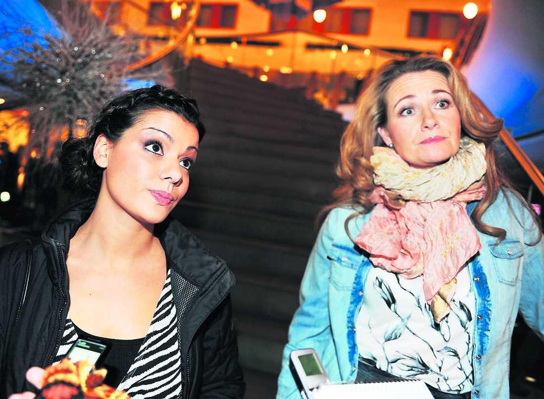 """Carin da Silva och Yvonne Ryding håller inte med om att Elisabet Höglund tvingats bort på grund av sin ålder. """"Jag tror att hon bara skyller på det. Hon har ju varit 65 sedan vi började – därför fick hon jobbet. Det här är en chock"""", säger da Silva."""