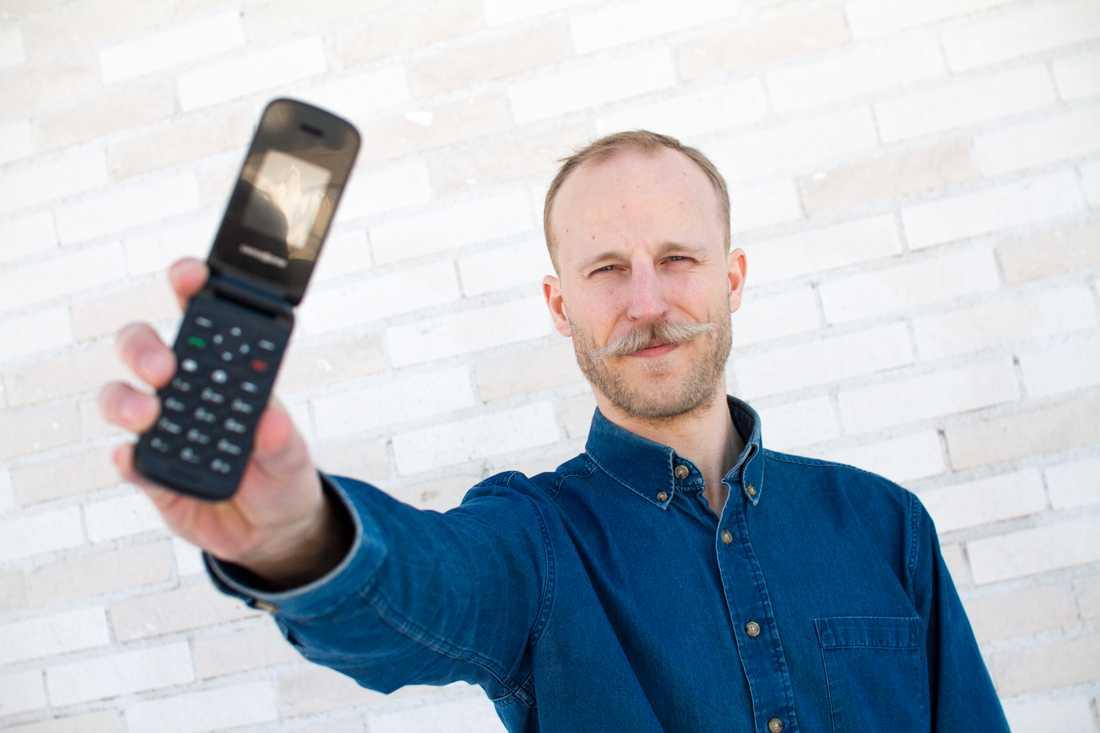 Adam har gjort slut med sin smarta mobil – och köpt en mobil som han bara kan ringa och smsa ifrån.