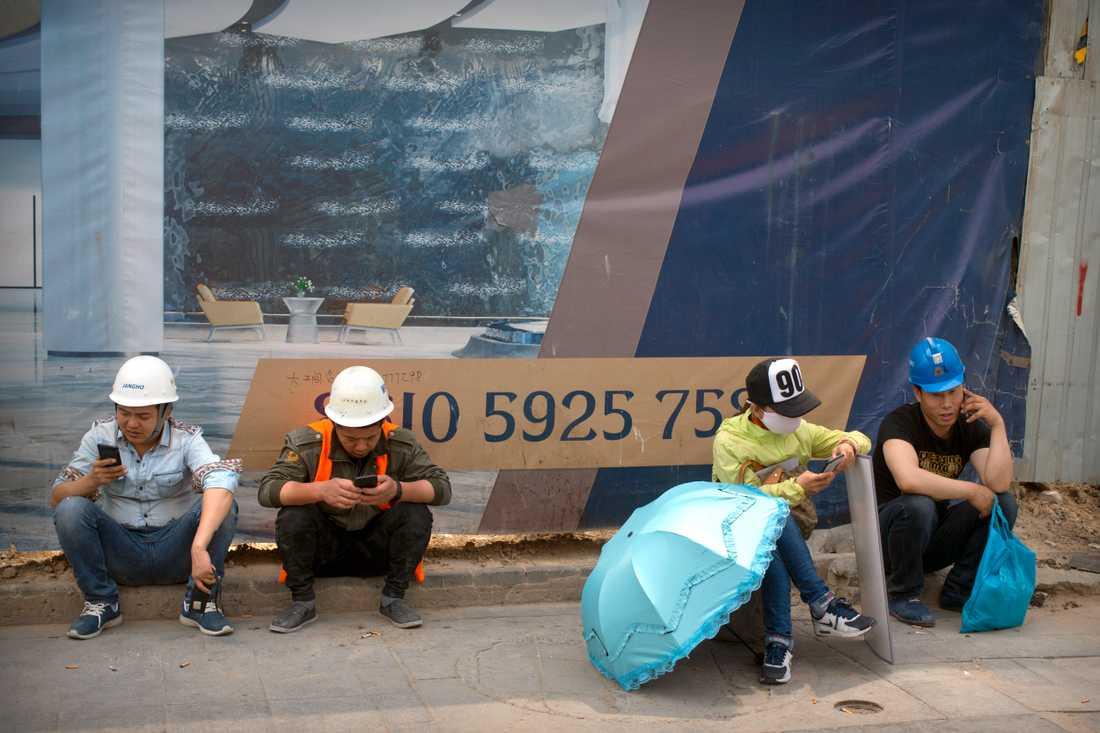 """Arbetslösheten går upp och ekonomin saktar in i landet som länge varit känd som """"världens fabriksgolv"""". Peking försöker lösa problemen genom att bland annat pumpa in pengar i infrastrukturprojekt. Bilden är från Peking, maj 2019."""