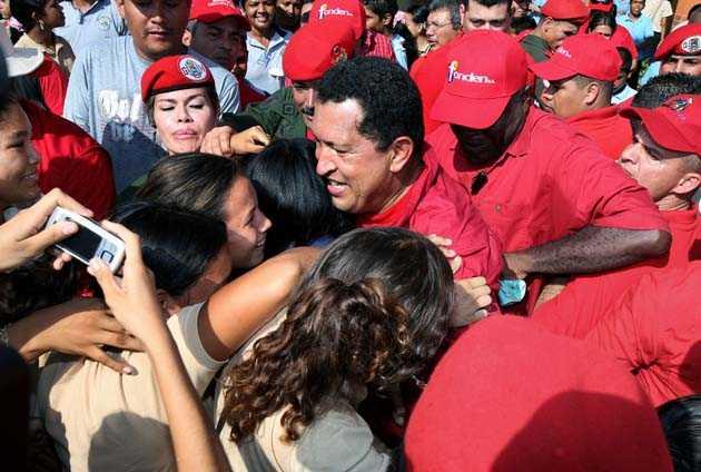 Det blir kaos som för en rockstjärna när Hugo Chavez lämnar skolan i hemstaden Sabaneta.