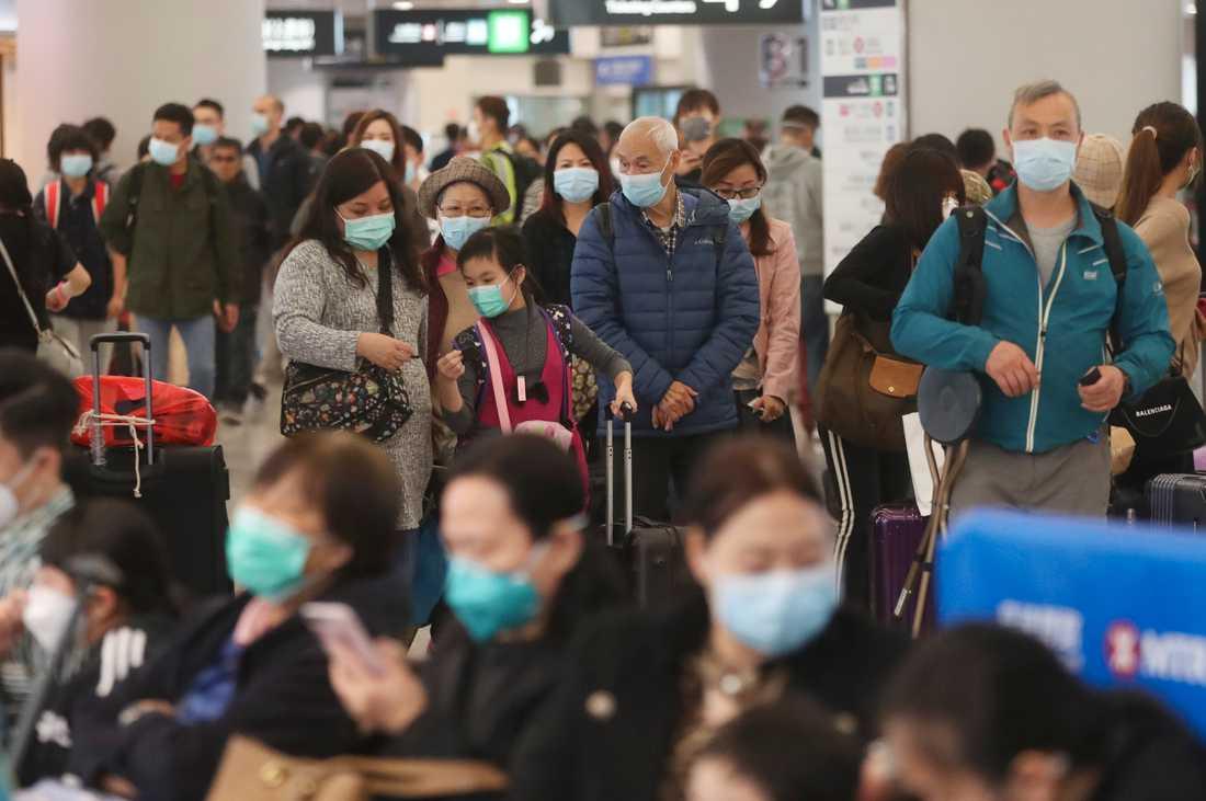 Tågpassagerare med ansiktsmask på en station i Hongkong.