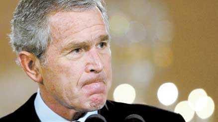 felaktiga råd Med en dåres envishet har George W Bush lyssnat på fel personer och fel råd. Men genom att offra sin försvarsminister Donald Rumsfeld hoppas Bush kunna överleva de sista två åren i Vita huset. Irakkriget har varit en katastrof för Bush. Med 3000 döda amerikaner börjar kriget alltmer likna utvecklingen i Vietnam.