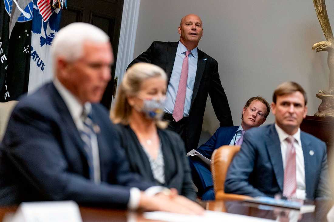 Vicepresident Mike Pence stabschef, i rosa slips i bakgrunden.