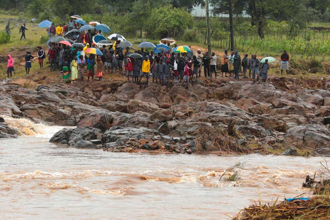 Skolbarn strandade efter att en bro kollapsat i Chimanimani sydöst om Harare i Zimbabwe.