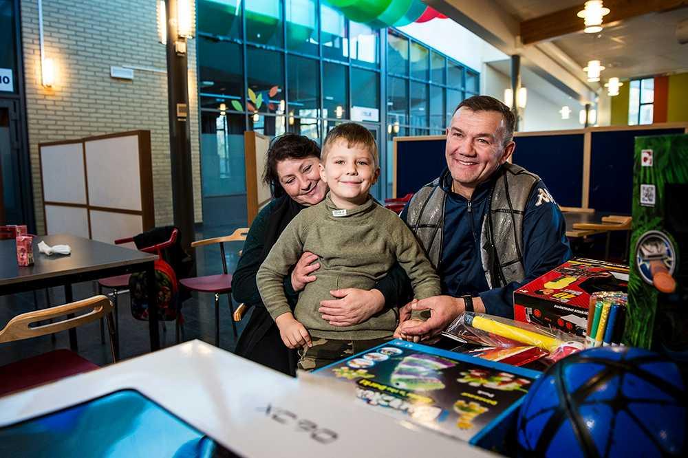 Överraskningsfest för Denis, 6, som får stanna i Sverige. Morföräldrarna Ivan och Marianna.