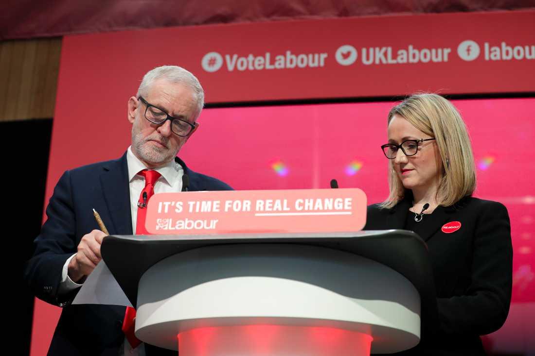 När Jeremy Corbyn (till vänster) tackar för sig hoppas Rebecca Long-Bailey (till höger) kunna bli första kvinna som partiledare för Labour. Arkivbild.
