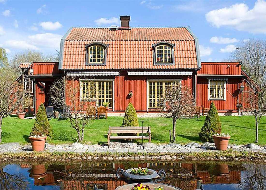Stjärtnäs gård ett par hundra meter bort på Ekerösidan är också till salu.