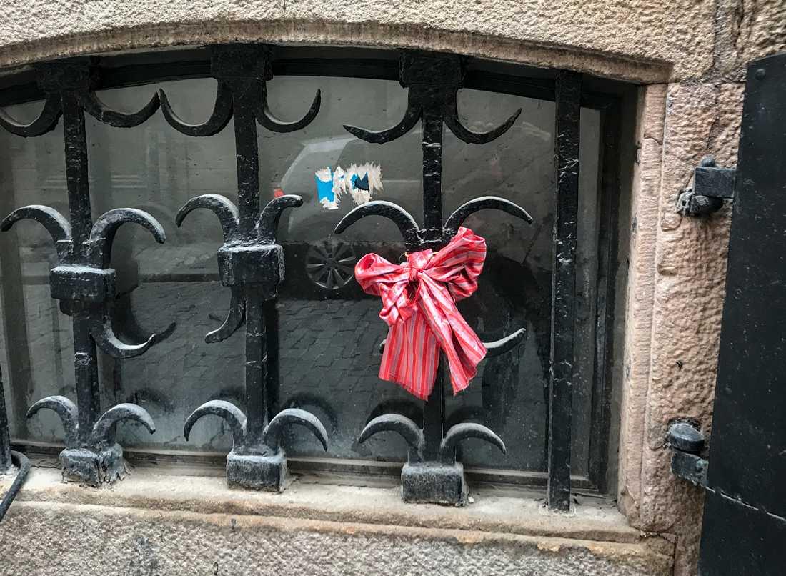 Knytblus-rosett på Börshuset där Svenska Akademien har sina lokaler.