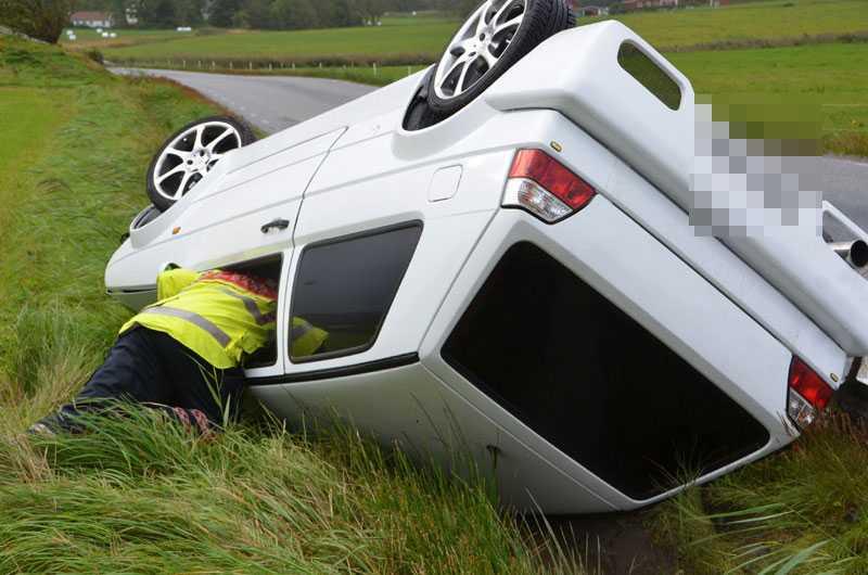 De hårda vindarna tog tag i bilen i en kurva i Tjörn. Bilen voltade av vägen och den unge bilisten fick föras till sjukhus.