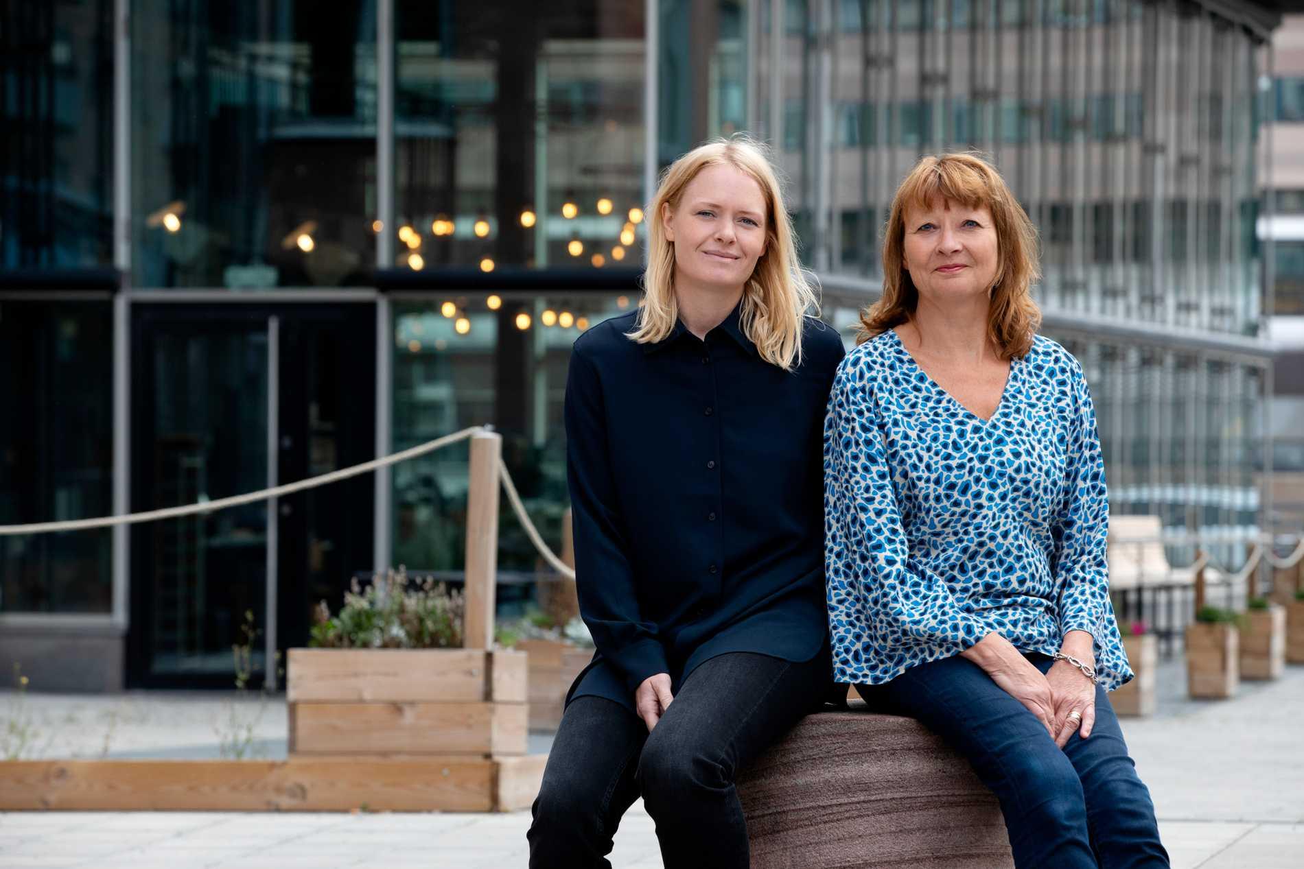 """Tio års arbete med att kartlägga mord på kvinnor har förändrat både Kerstin Weigl och Kristina Edblom. """"Jag har slutat läsa deckare"""", säger Kerstin. """"En del kontakter med anhöriga har pågått under så lång tid att de blivit en del av mig"""", säger Kristina."""