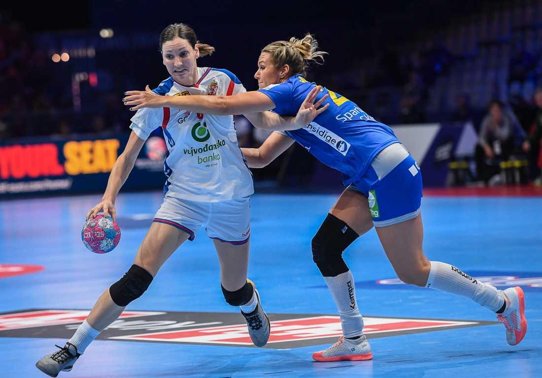 Sabina Jacobsen (till höger) är tillbaka i landslaget efter skada. Arkivbild.