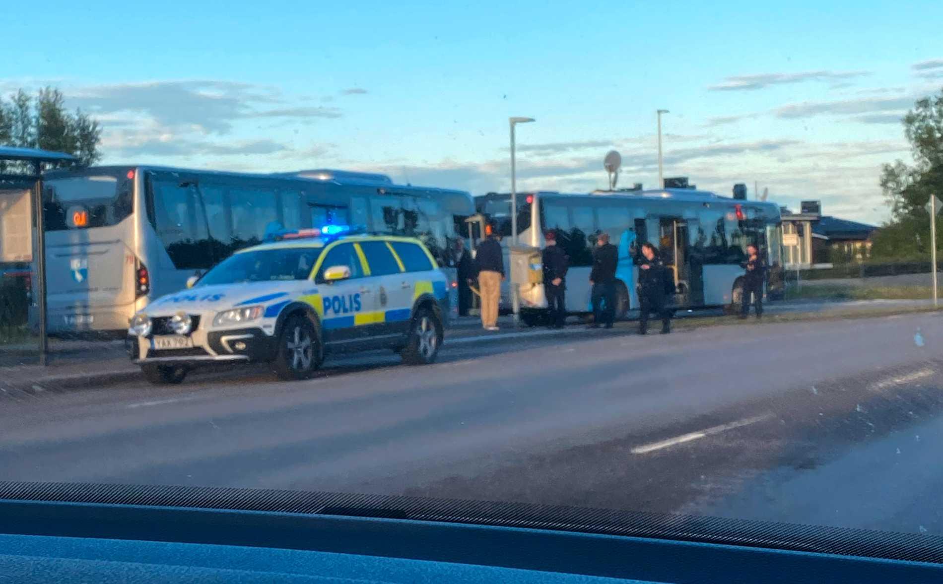 Bussen ska ha stått vid en hållplats när knivskärningen inträffade.