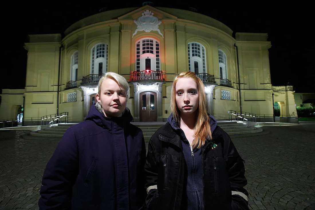 """Linnéa Svensson, till vänster, och Emelie Johansson var med på föreställningen av Hamlet på Östgötateatern i Linköping under onsdagskvällen, när elever från Lundsbergs var berusade: """"Vi fick bevittna allting och delvis skämmas för folk trodde att de var från vår gymnasieskola"""", säger Linnea."""