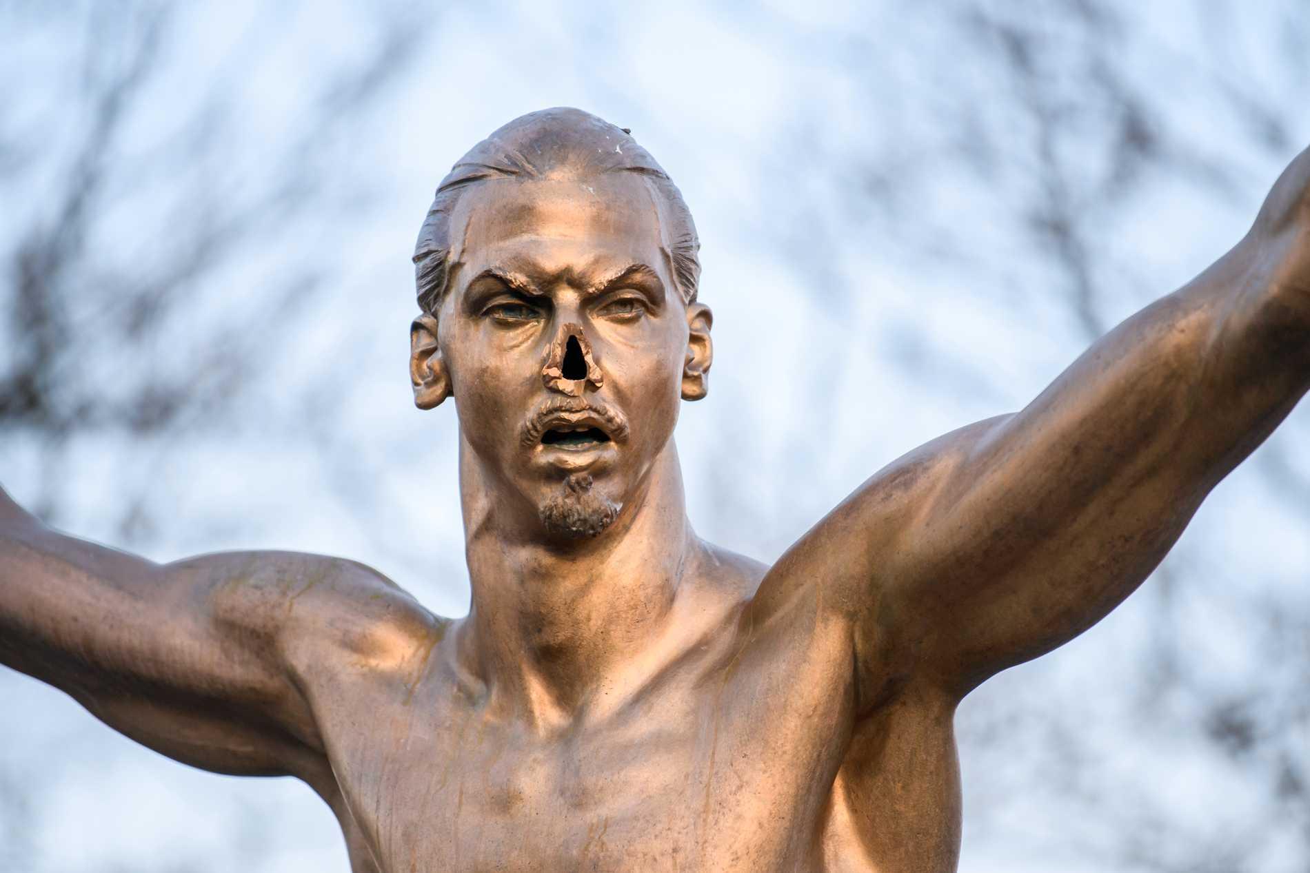 Zlatan-statyn vandaliserades och vältes.