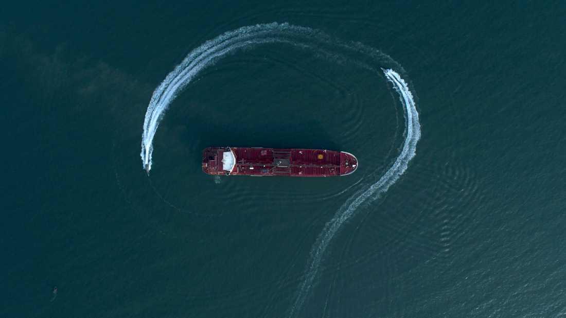 Här omringas Stena Impero av iranska patrullbåtar och konfiskeras.