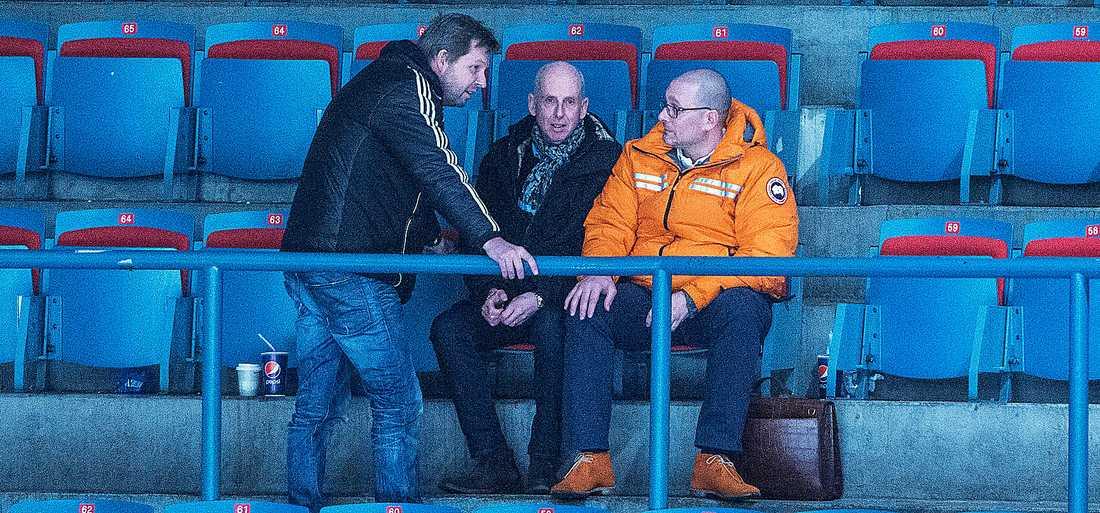 Jonas Galotta (till höger) tillsammans med fotbolls-vd:n Thomas Edselius (till vänster) ser AIK Hockey möta Västerås tidigare i höst.  I mitten sitter advokaten Mario Ashman, styrelseordförande i AIK Ishockey AB.