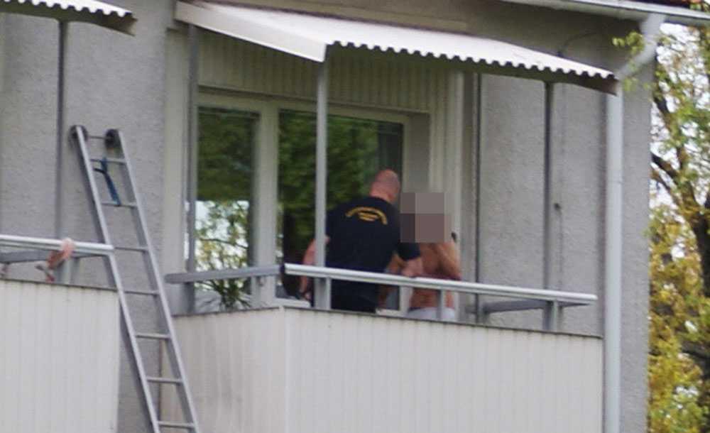 Mannen när han överlämnade sig till polisen.