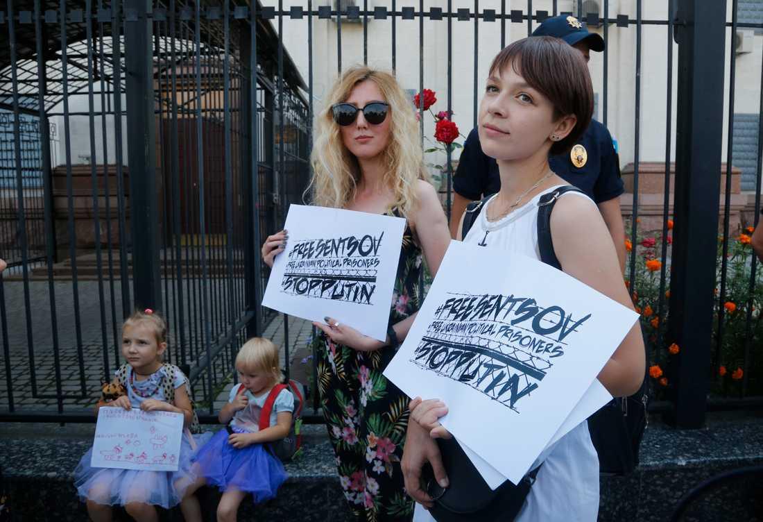 Demonstranter utanför den ryska ambassaden i Ukrainas huvudstad Kiev.
