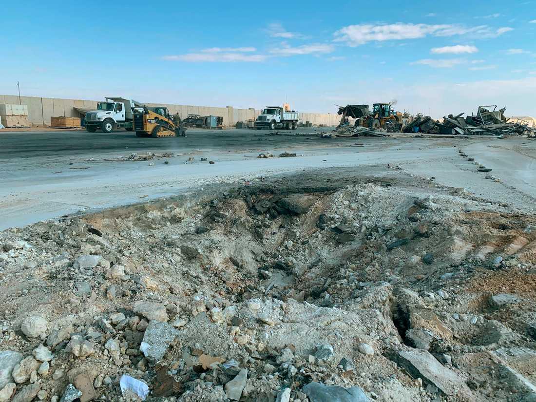En krater vid militärbasen Ayn al-Assad efter den iranska robotattacken.