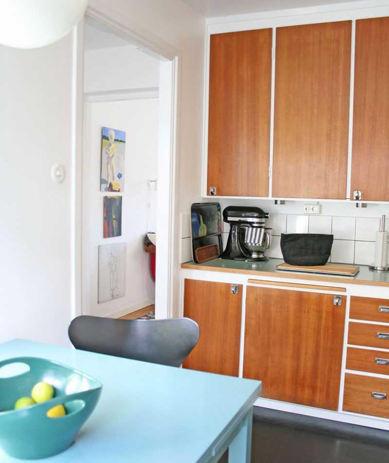 Köket har kvar köksskåpen i sitt originalskick.