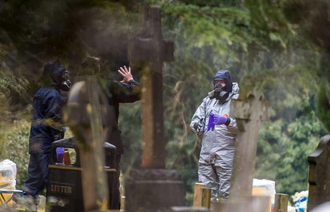 Polis på kyrkogåren där Skripals hustru ligger begravd.