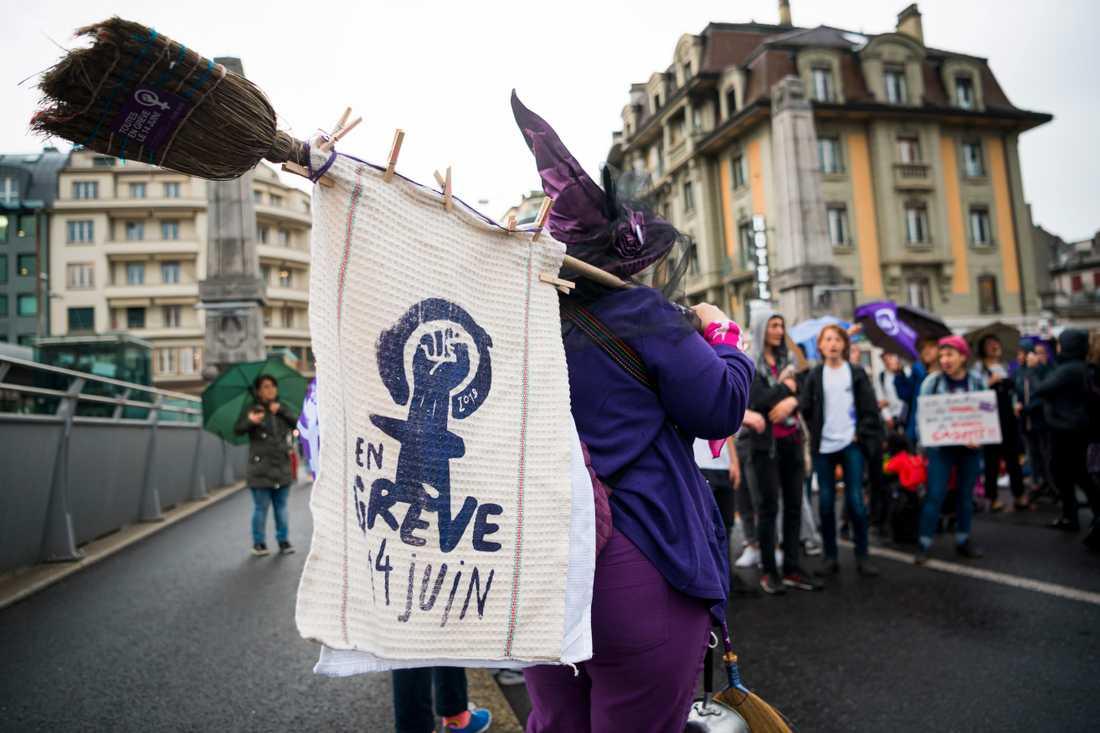 Med krav på jämställda löner blockerar strejkande kvinnor en bro i schweiziska Lausanne.