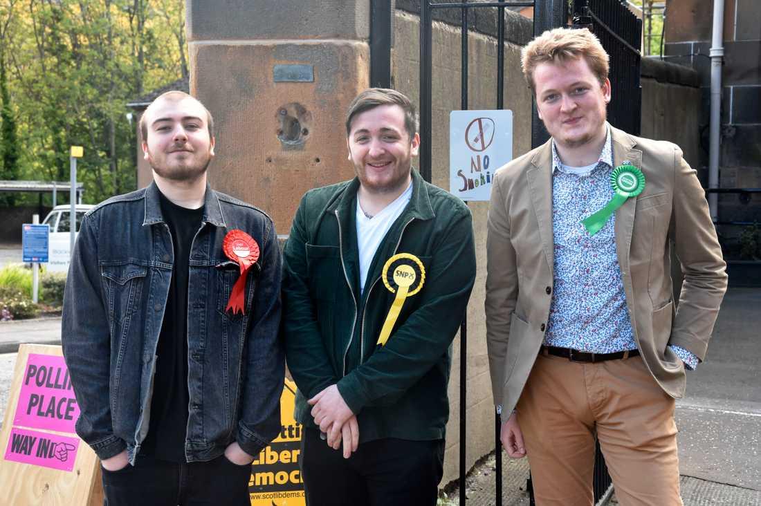 Harry Rath, Robbie Castel och James Puchowski representerar Labour, SNP och De gröna framför vallokalen vid Abbeyhill-dagiset i Edinburgh. Alla vill de hålla kvar Skottland i EU.