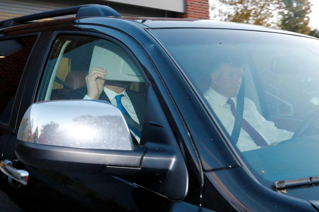 Paul Manafort försöker gömma sig från kamerorna när han lämnar sitt hem i Alexandria, Virginia, på måndagsmorgonen