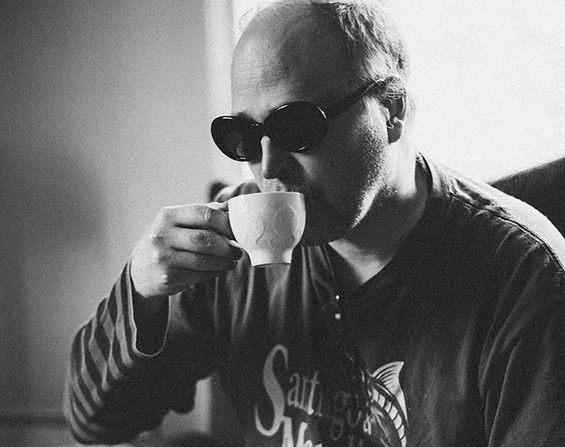 Medan Lars Norén skrev från våningeni Vasastan, gården på Gotland och Europas alla teaterhus, sitter Lundberg – när han inte får några timmars jobb på demensboendet – i en tredjehandslägenhet med neddragna persienner, utan pengar till hyran, utan mod att ens gå ut, skriver Sven Anders Johansson.