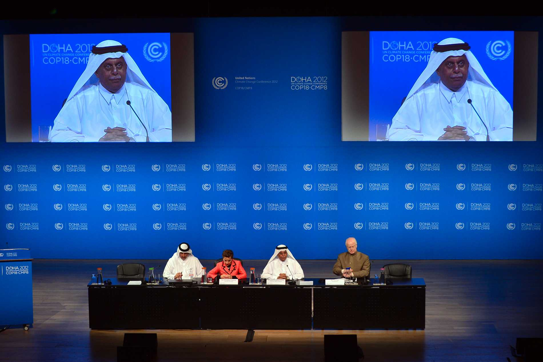Christiana Figueres och Abdullah bin Hamad Al-Attiyah talar under en presskonferens för FN:s klimatmöte i Doha.