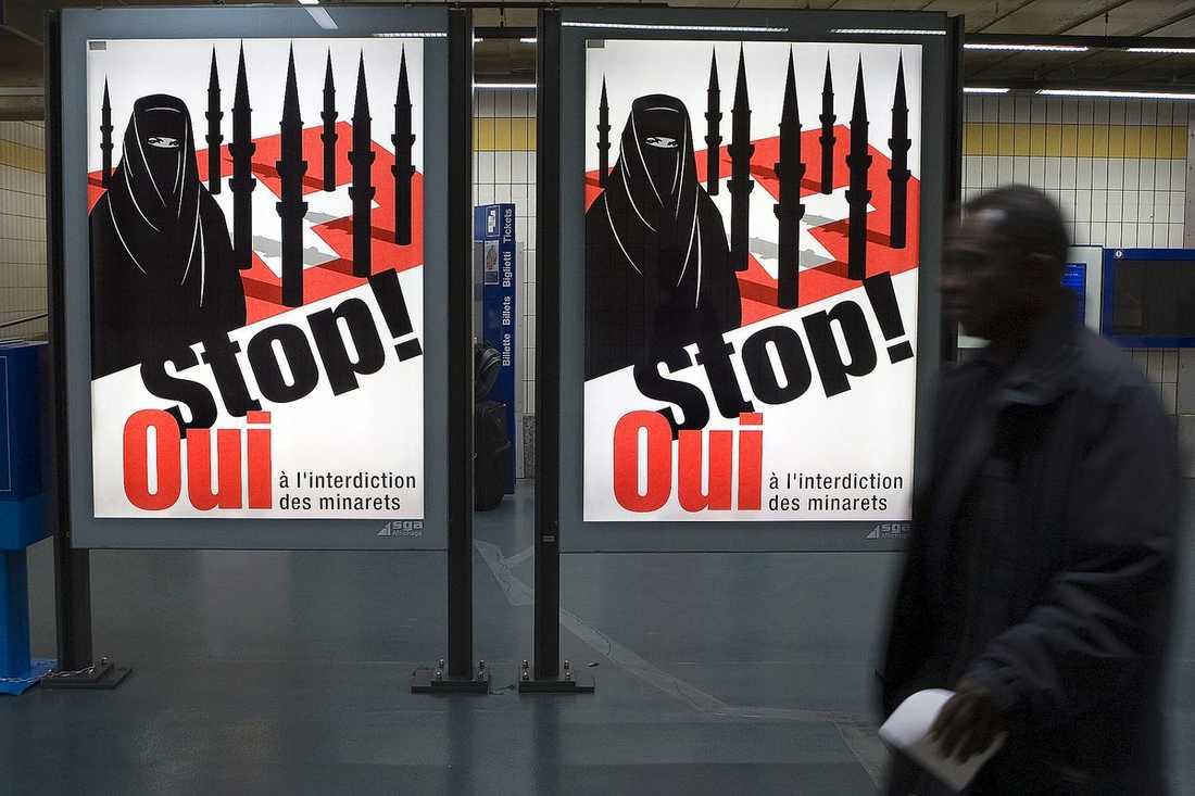 Affischkampanj inför minaretförbund i Schweiz.
