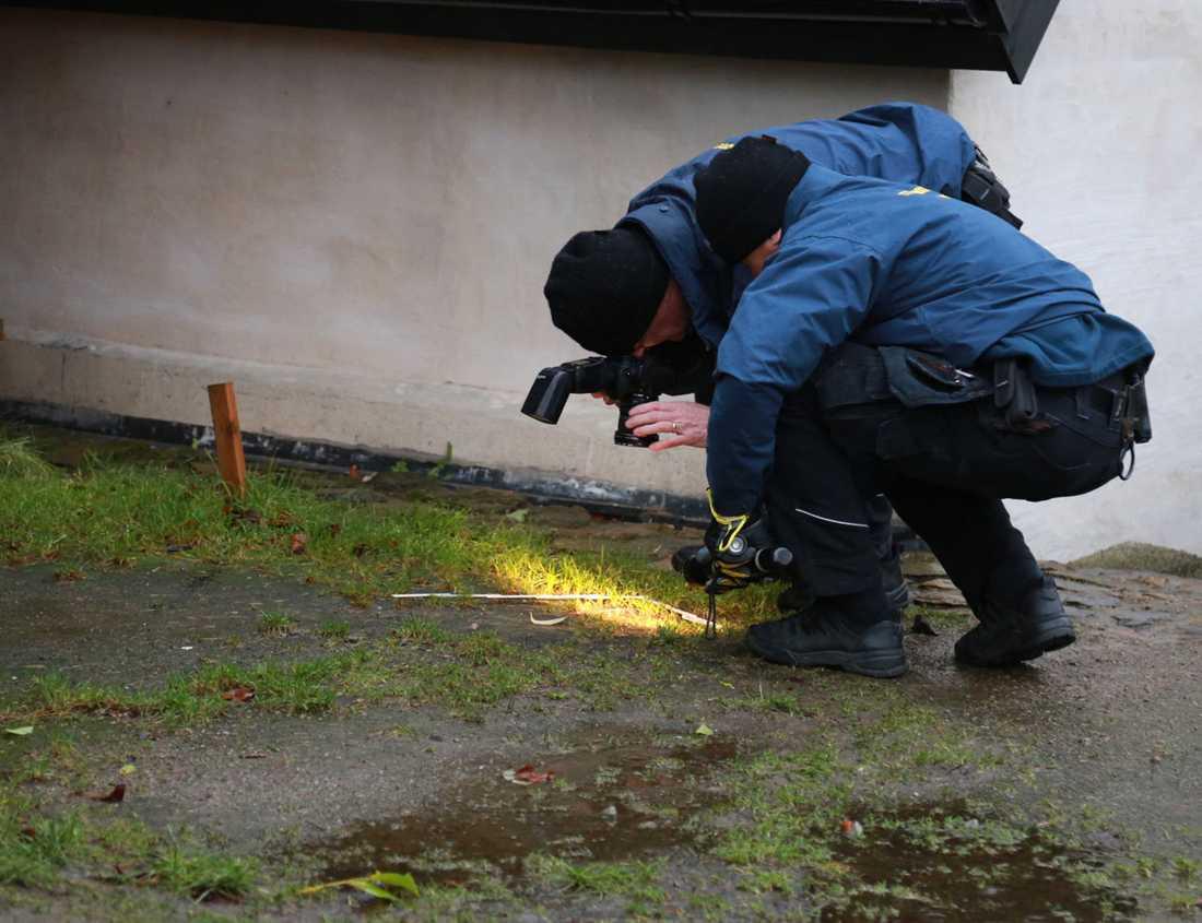 Polistekniker säkrar spår på plats vid den anhållnes bostad.