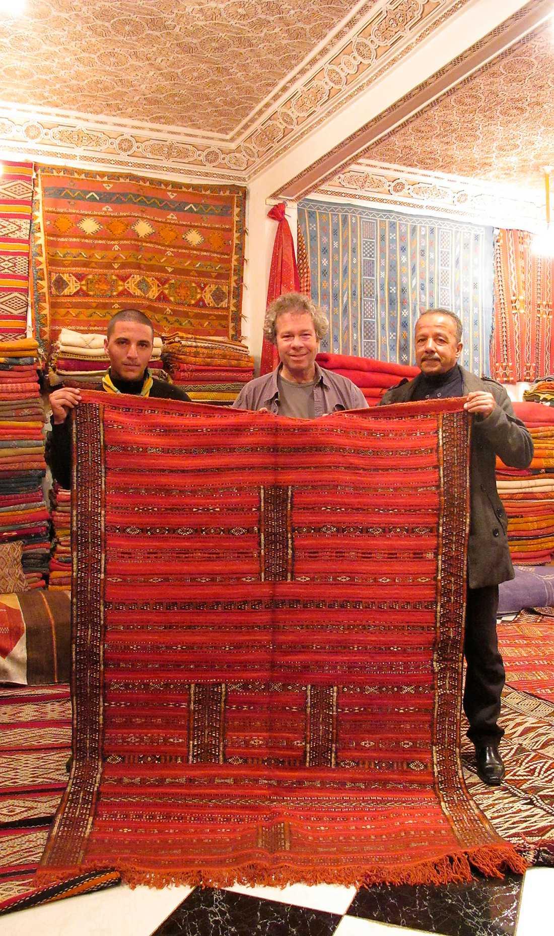 Muhammed är hjälpredan som gör grovjobbet, Abdul sköter snacket. Och mattan och Robert, visst ser de ungefär lika gamla ut?
