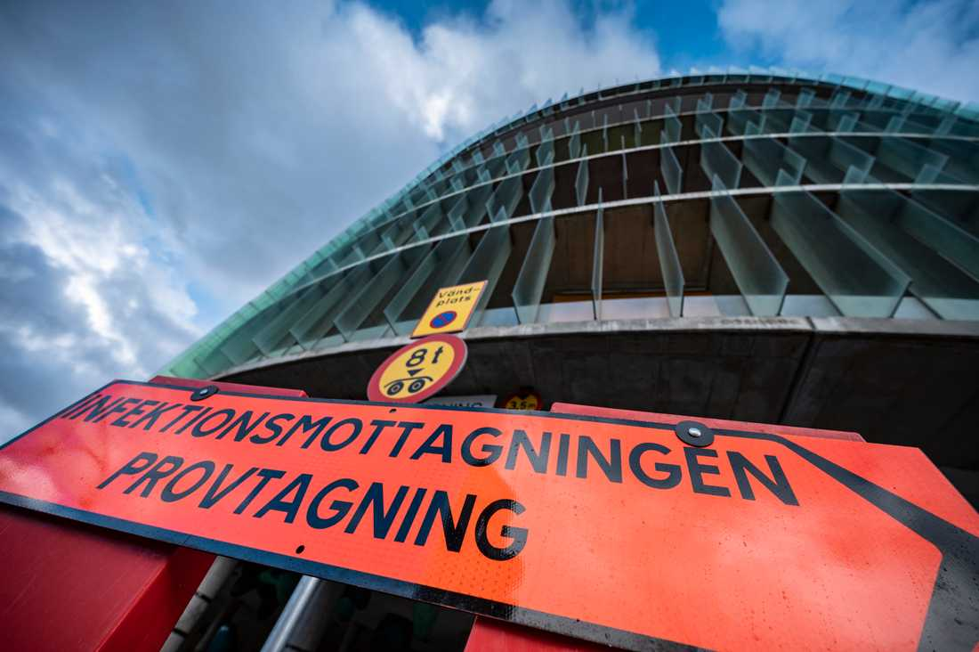 En skylt visar vägen till infektionsmottagningen vid akuten på SUS i Malmö. Arkivbild.