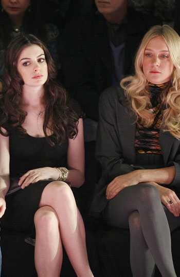 Mode ska inte vara kul-minen på! Anne Hathaway och Chloe Sëvigny är bägge stilikoner men med helt olika stilar.