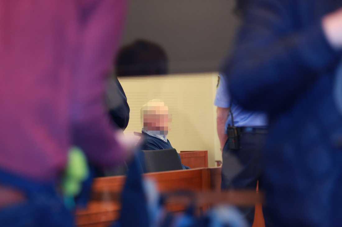 Rättegången mot den 68-årige Vallåkrabon har nu inletts.
