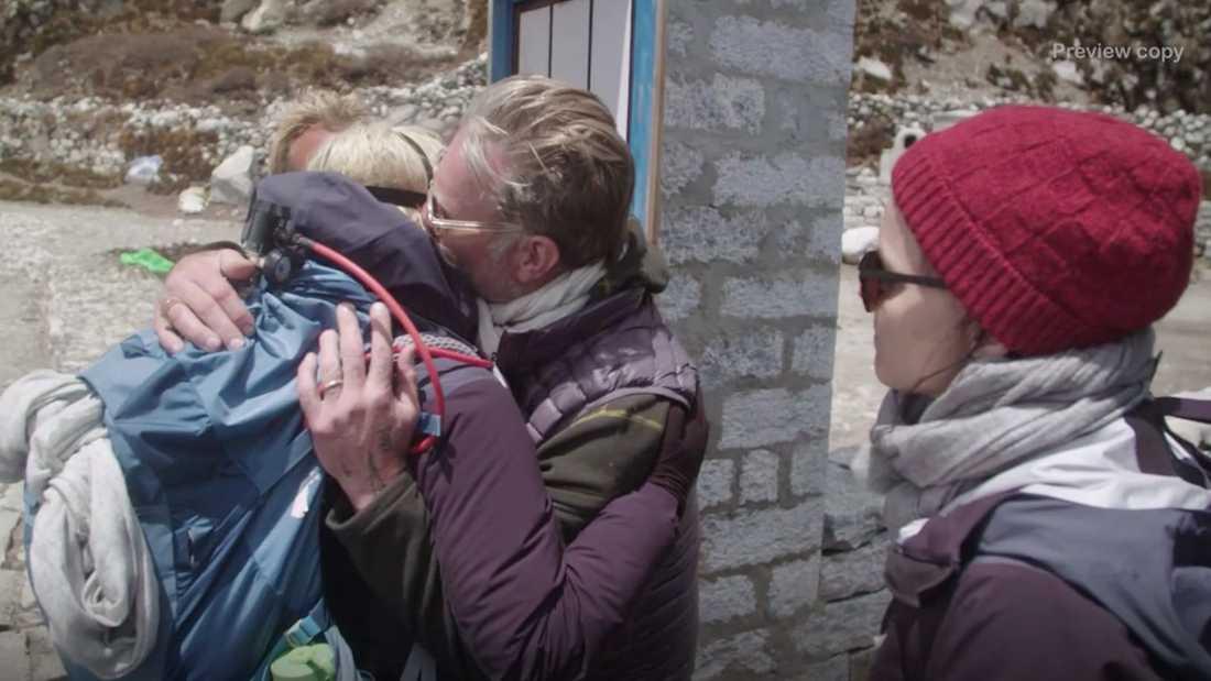 Tillbaka i lägret möter Mikael Persbrandt med en kram medan Sanna Kallur ser på.