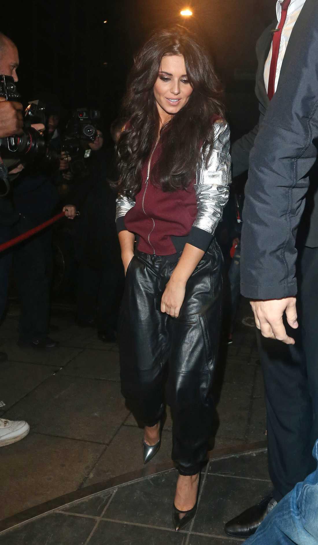 Cheryl Cole sportar oversizad skinnbyxa och silverdetaljer.