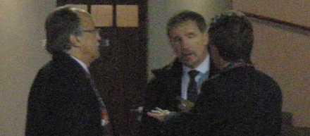 HETSIGT Sportbladet fångade den heta diskussionen på bild. Ordföranden Sten-Inge Fredin längst till vänster, Stuart Baxter i mitten och juristen Krister Azelius är inte överens.