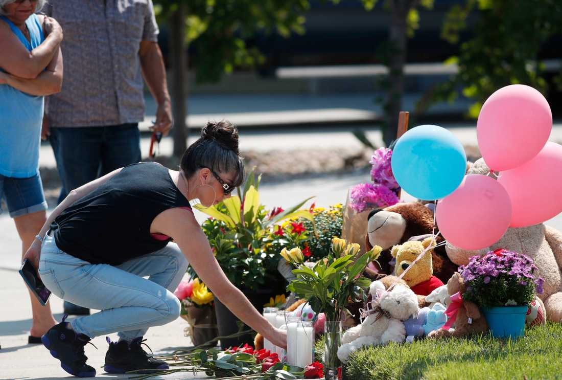 Irene Montoya lämnar blommor för att hedra kvinnan och barnen.