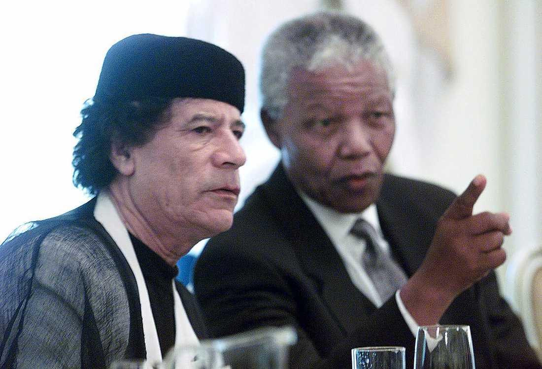 Sydafrikas tidigare president Nelson Mandela har något att visa för Gaddafi.