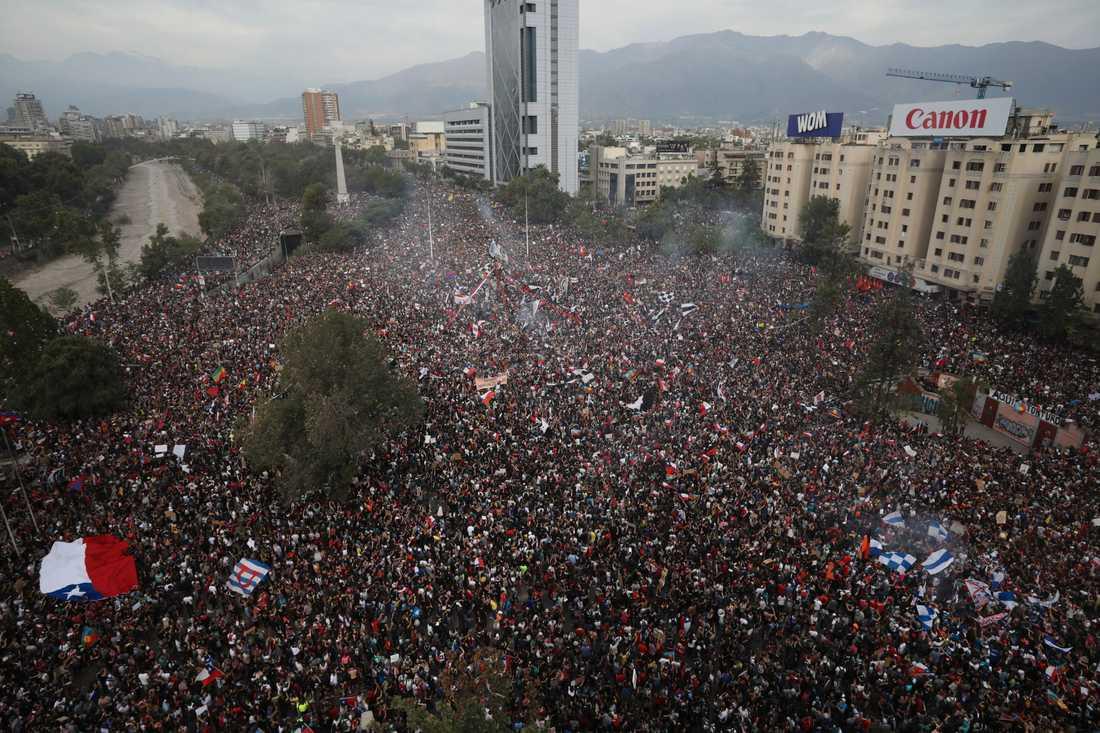 Regeringskritiska protester på Plaza Italia, som nu ligger öde på grund av coronakrisen, den 25 oktober i fjol. Arkivbild.