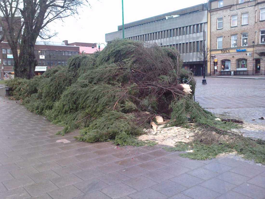 """Julgranen gav vika Den stora julgranen på torget i Nässjö blåste ned i stormvindarna. """"Ett antal andra träd har också fallit här och vindarna tilltar i styrka under kvällen"""", säger fotografen Stefan Ekström."""