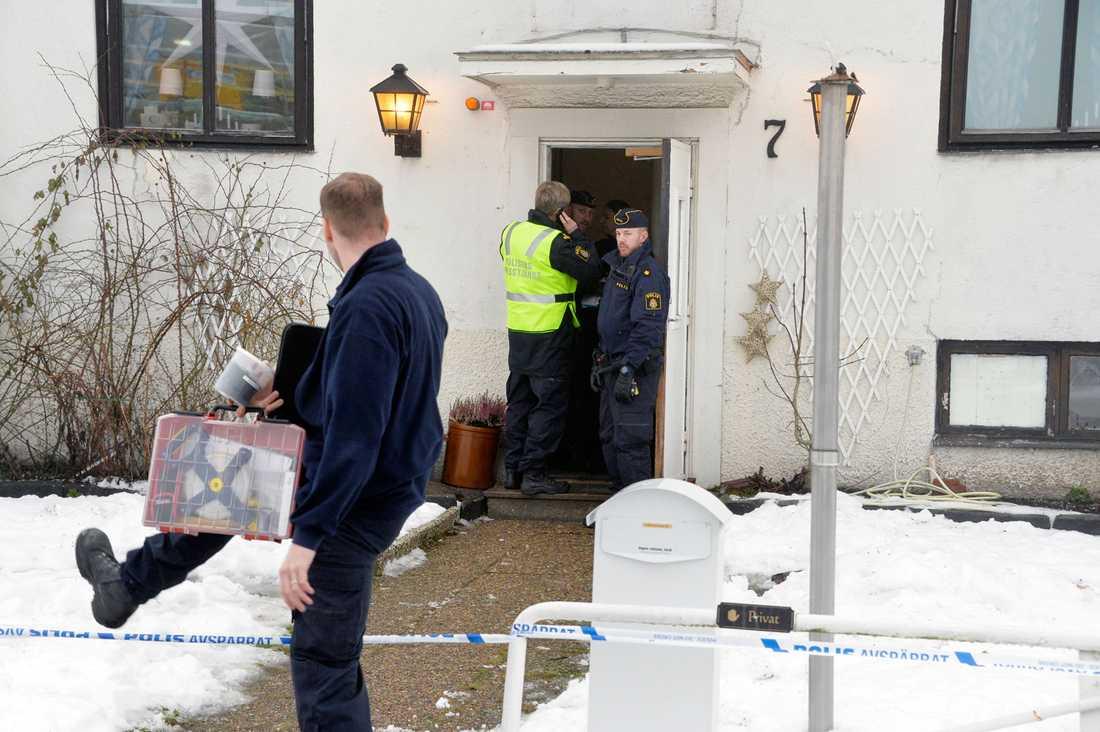 En 22-årig kvinna knivdödades i ett bråk på ett HVB-hem för ensamkommande flyktingbarn i Mölndal. Hon jobbade ensam.