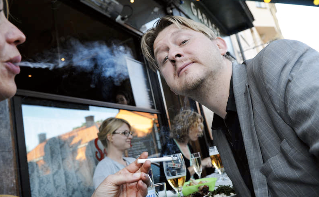 Färdigrökt? Aftonbladets Fredrik Virtanen sitter gärna på samma uteservering som rökare. Ett förbud hade varit fel väg att gå.