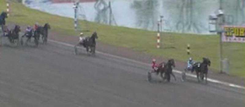Varken Jenny Karlsson eller Johan Untersteiner ville ge sig på upploppet i lärlingsloppet på Jägersro.