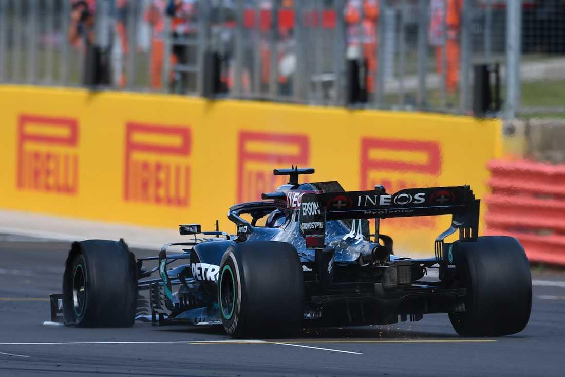 Lewis Hamilton med punktering på sista varvet.