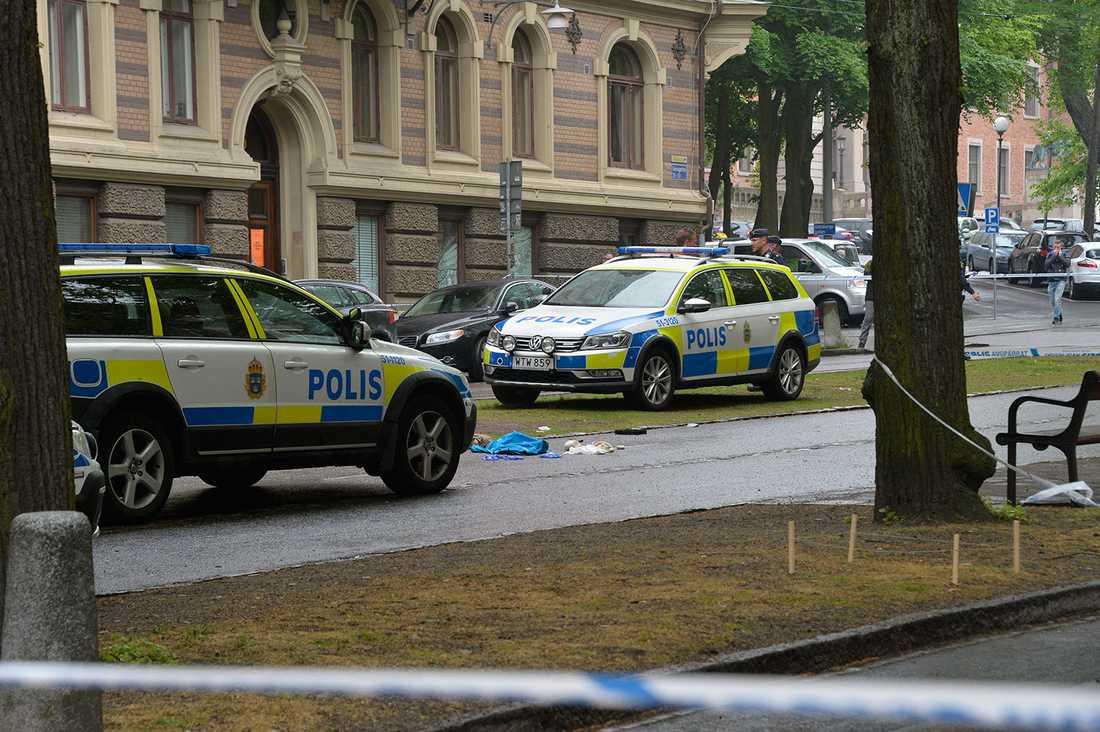 Den skottskadade mannen var vid medvetande när han fördes till sjukhus med ambulans.